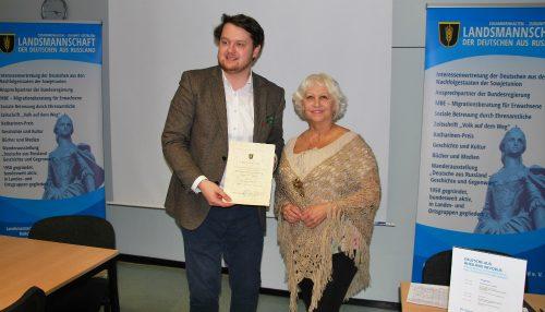 Irina Bestvater erhält die goldene Nadel von Dietmar Schulmeister