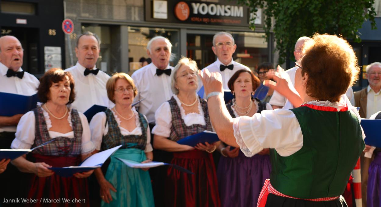 """Der Chor """"Echo"""" stimmt die Gäste auf die Wappenabringung am Gerhart-Hauptmann-Haus ein"""