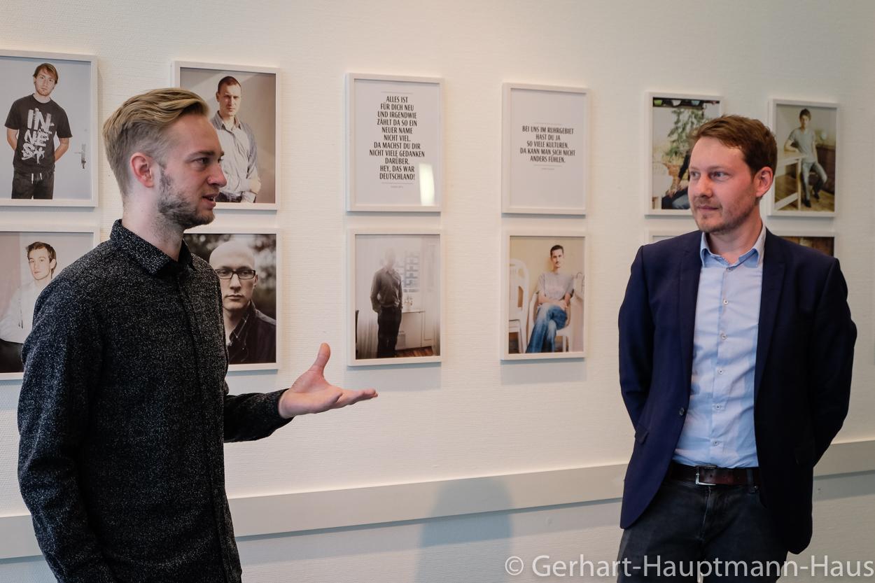 """Eugen Litwonow und Edwin Warkentin diskutierten über die Identität von russlanddeutschen Jugendlichen auf der Vernissage """"Mein Name ist Eugen"""""""